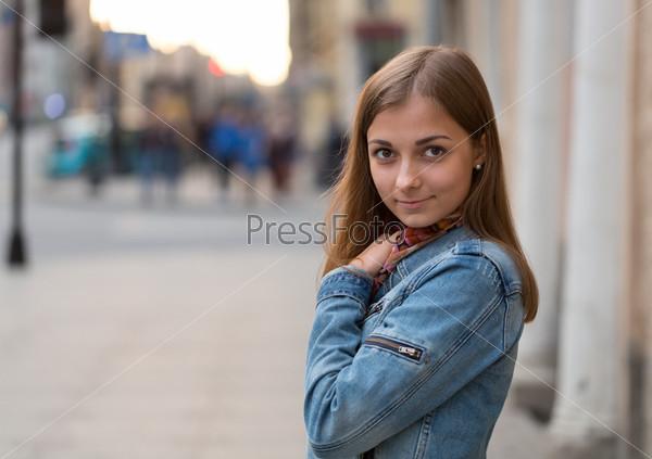 Портрет красивой девушки в джинсовой куртке
