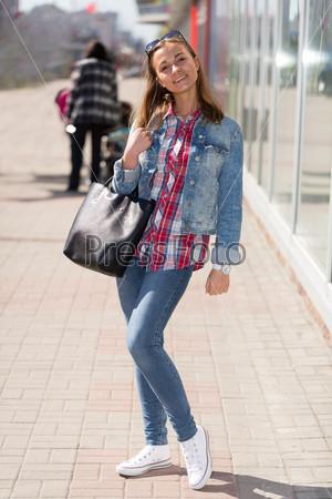 Портрет девушки в джинсовой одежде в полный рост