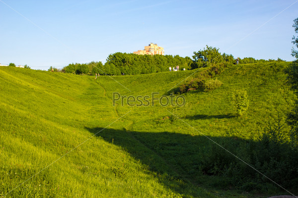 Тропинка в зеленом парке на склоне