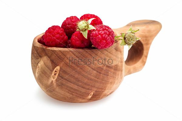 Малина в деревянной чашке