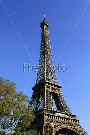 Фотография на тему Эйфелева башня на фоне синего неба. Париж. Франция
