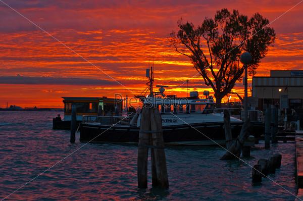 Фотография на тему Венеция, Италия, закат, круизный лайнер