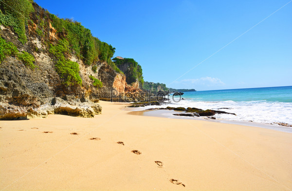 Дикий пляж на острове Бали