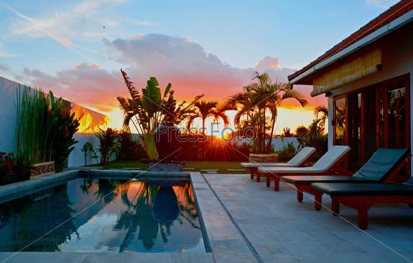 Красивый закат на вилле на острове Бали