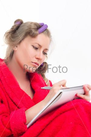 Девушка в красном халате