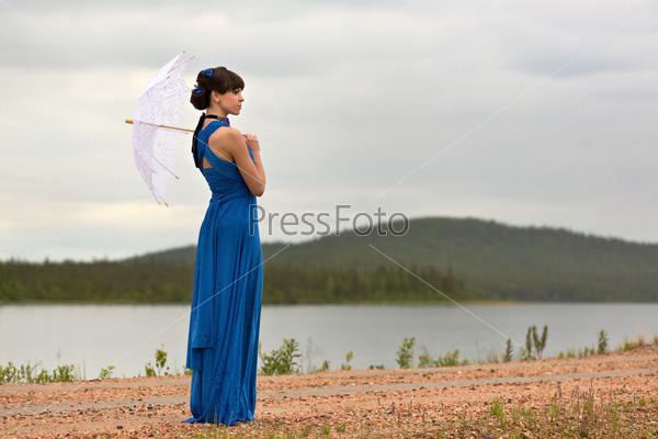 Фотография на тему Красивая темноволосая модель гуляет по лесу