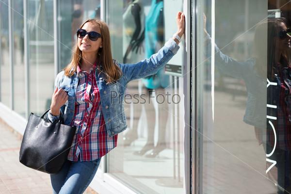 Фотография на тему Красивая стильная девушка в солнечных очках