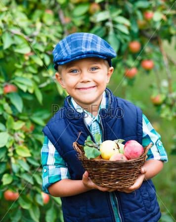 Милый мальчик в яблоневом саду