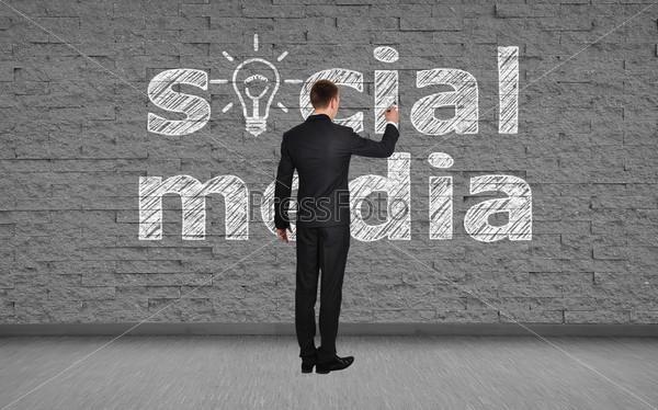 Человек пишет о социальных сетях