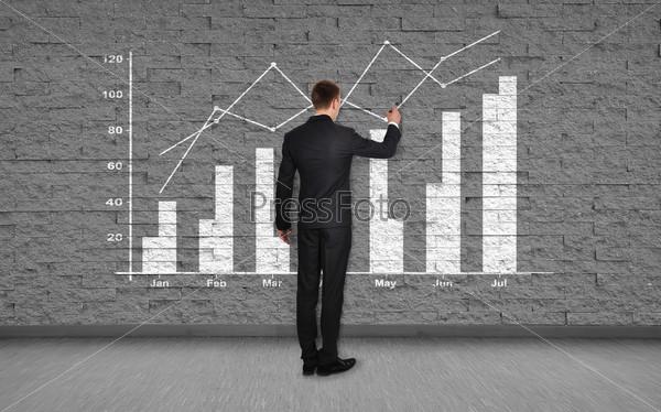 Фотография на тему Бизнесмен рисует график