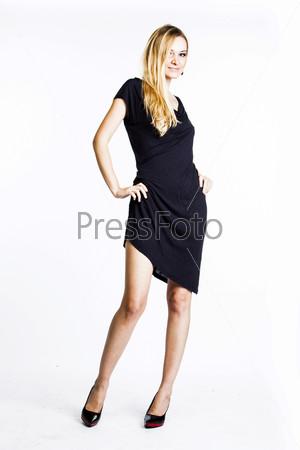 Красивая и молодая женщина в сером платье