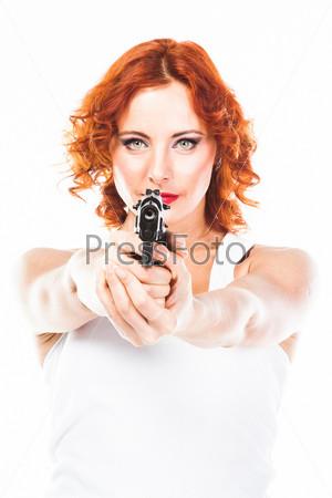Молодая и красивая женщина с пистолетом