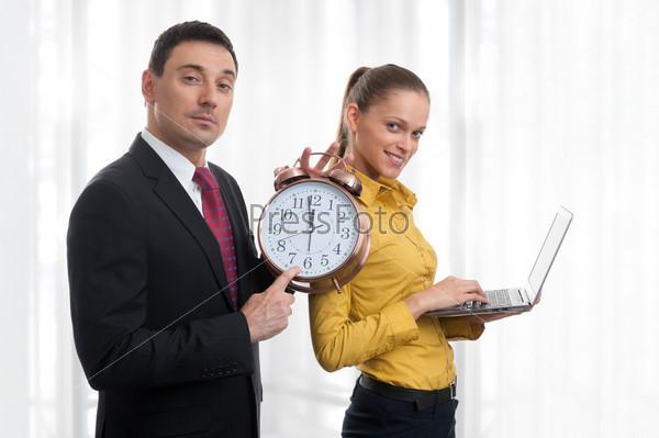 Деловые люди с ноутбуком и будильником