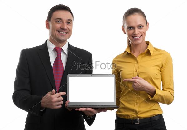 Бизнесмены показывают ноутбук с пустым экраном