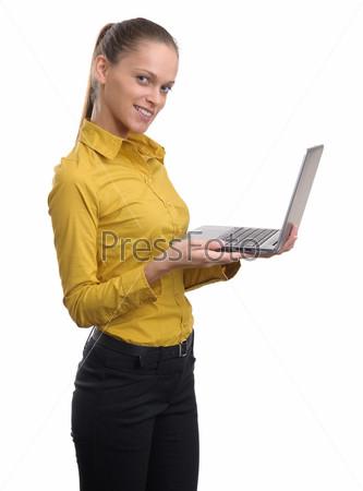 Фотография на тему Симпатичная молодая деловая женщина работает на ноутбуке