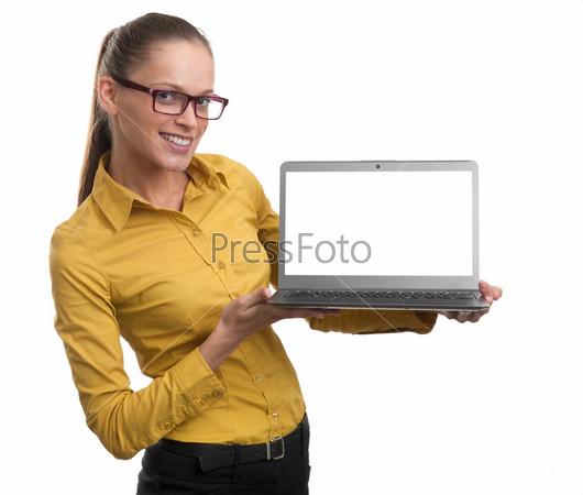 Фотография на тему Женщина, показывает ноутбук с пустым экраном