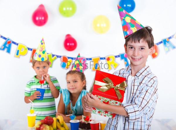 Фотография на тему Мальчик с подарком на день рождения