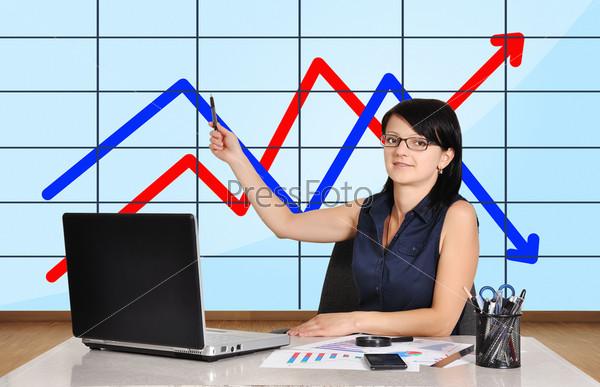 Женщина указывает на диаграмму