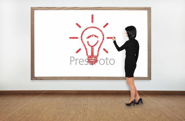 Женщина рисует лампу