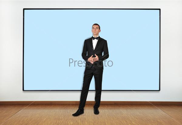 Бизнесмен и большой плазменный экран