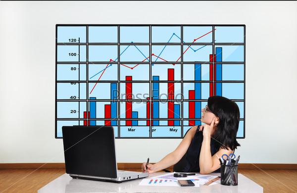 Женщина смотрит на график