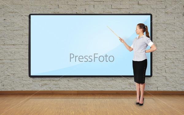 Женщина указывает на плазменный экран