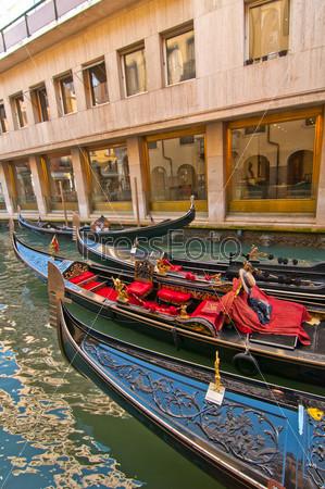Фотография на тему Венеция Италия. Гондолы на канале