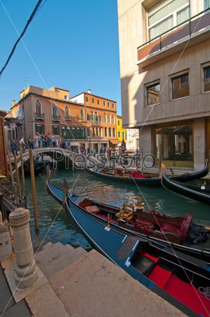 Венеция Италия. Гондолы на канале