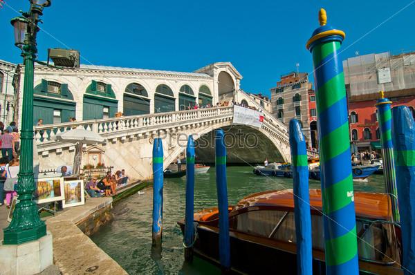 Вид на мост Риальто. Венеция. Италия
