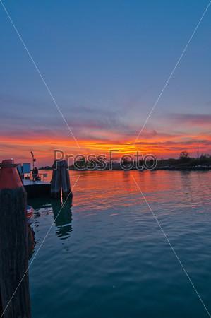 Закат на острове Бурано. Венеция, Италия