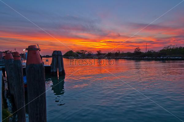 Фотография на тему Закат на острове Бурано. Венеция, Италия
