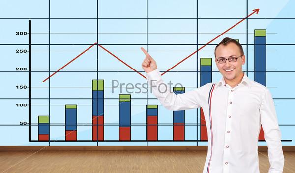 Мужчина указывает на график