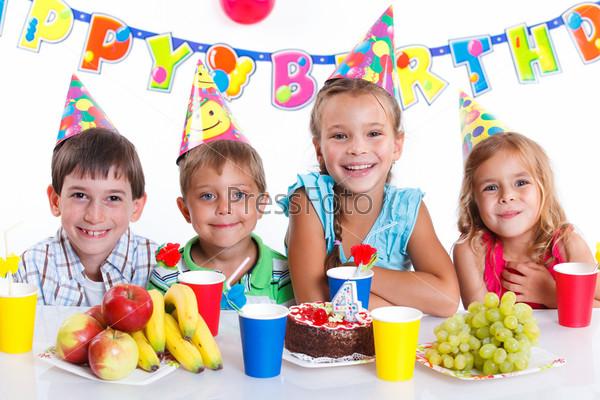 Фотография на тему Дети с тортом в день рождения