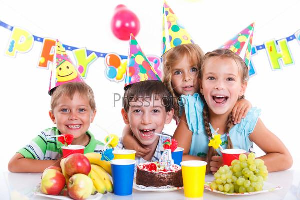 Дети с тортом в день рождения