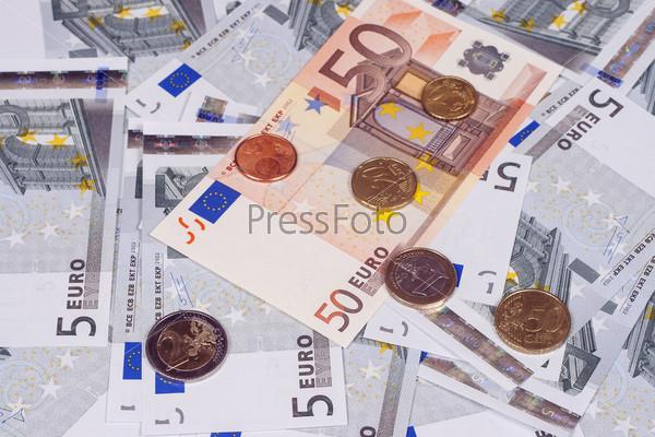 Фотография на тему Несколько банкнот по пять и пятьдесят евро и монеты