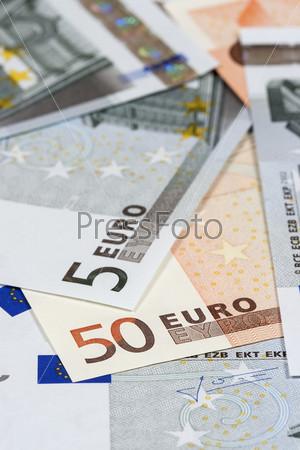 Несколько банкнот по пять и пятьдесят евро