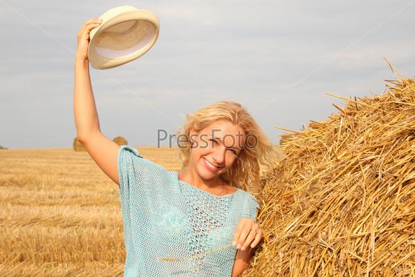 Фотография на тему Красивая женщина возле стога сена