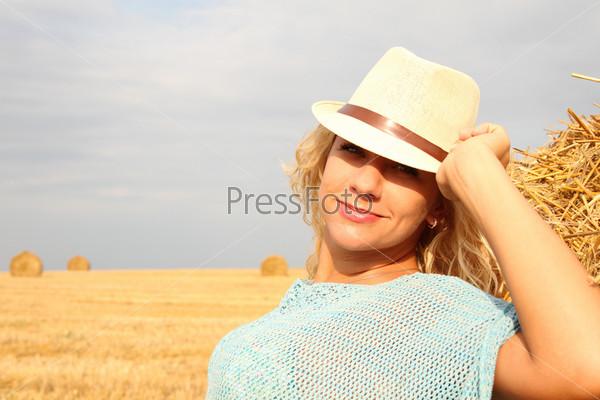 Красивая женщина возле стога сена
