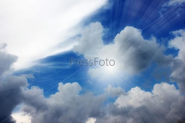 Красивое солнечное небо и облако