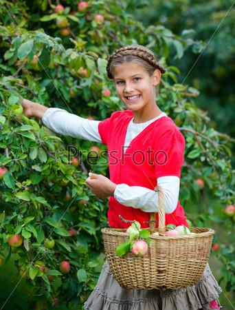Милая девочка в яблоневом саду