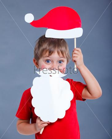 Маленький мальчик в шапке Санты