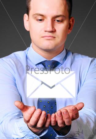 Фотография на тему Предприниматель держит сообщение