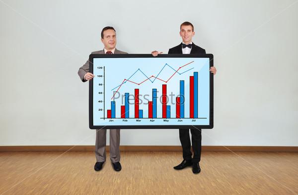 Два человека и плазма с графиком