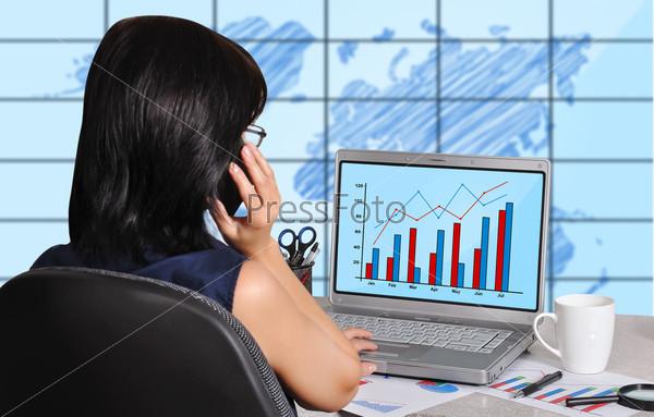 Женщина и график на экране