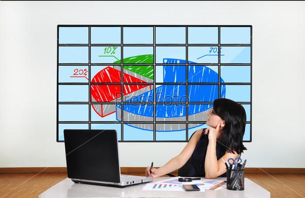 Бизнес-леди смотрит на график