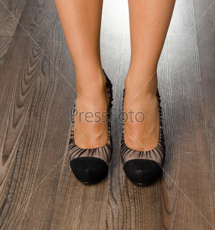 Фотография на тему Молодая женщина в модных туфлях