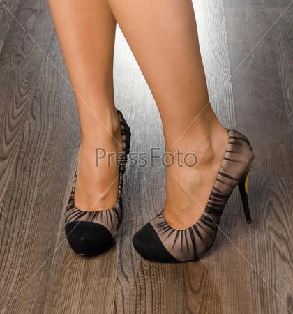 Молодая женщина в модных туфлях
