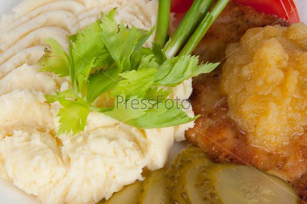 Картофельное пюре со стейком из свинины