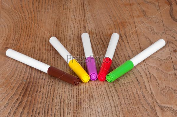 Фотография на тему Цветные маркеры на столе