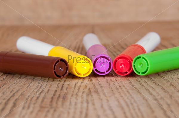 Цветные маркеры на столе
